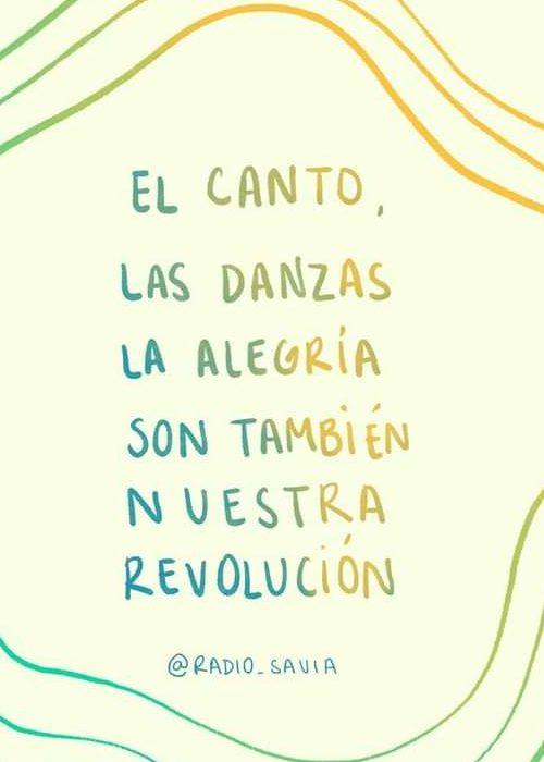 Letras coloridas leen El canto, las danzas la alegría son también nuestra revolución @RADIO_SAVIA